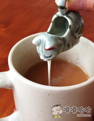 做成猫咪造型的奶精杯,吐奶了。