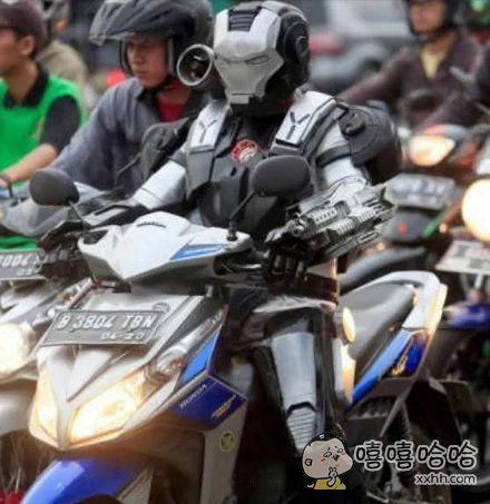 干嘛骑摩托?你怎么不上天呢?