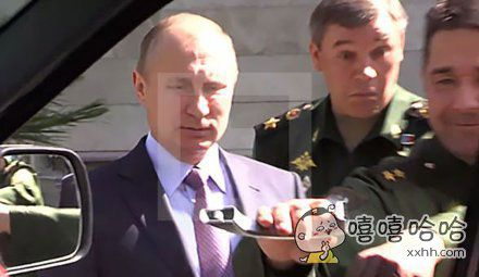 昨天普京去索契视察军队最新生产的军用SUV,一名将军殷勤地为总统打开车门,结果居然把车把手给拽了下来。