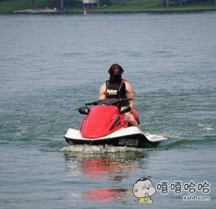 汪星人都会开摩托艇啦