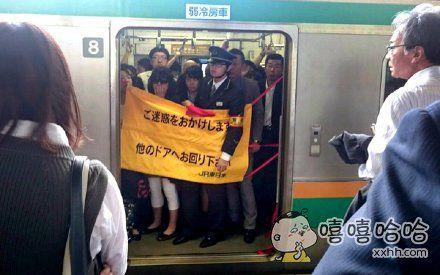 日本人心真大,电车门出现故障关不上的情况下拉个帘子继续运行~