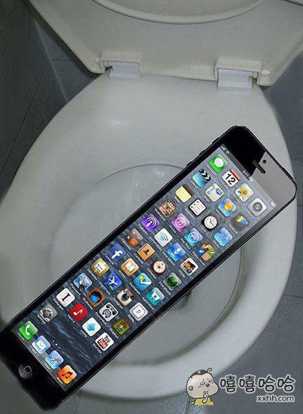 自从买了iPhone7,上厕所再也不怕掉马桶了