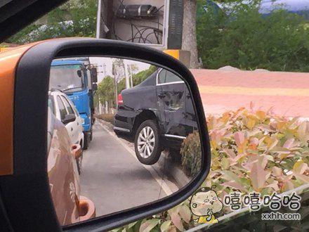 在路口等红灯,后面一声巨响,然后我看后视镜,惊呆了……