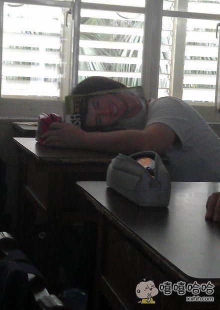 同学,你的睡姿吓到我了
