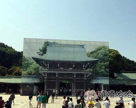 明治神宫的大殿在维修,然后挂了一幅巨大的仿真照片⋯⋯所谓业界良心。