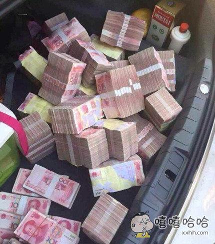有钱就是任性,外出游玩都带这么多现金