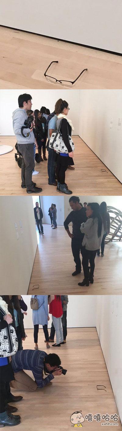 一网友去看展览,随便把自己的眼镜放在地上看看路人会有何反应,没想到大家都为艺术而驻足了