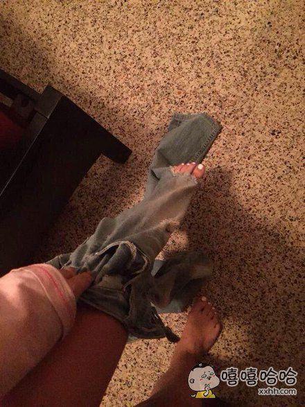 据说很多人穿破洞牛仔裤都经历过这样的时刻