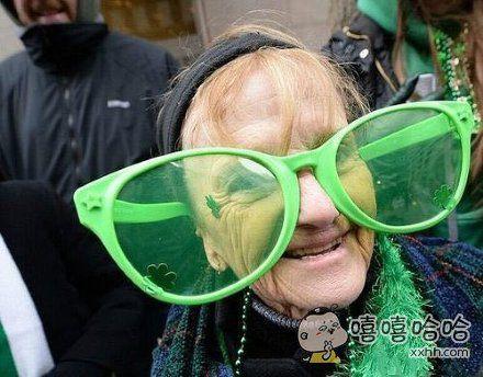 奶奶眼睛挺拉风啊