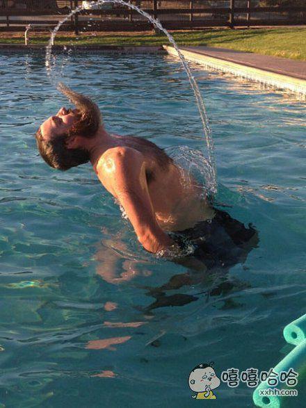 男生如何在泳池制造飘逸动感的效果