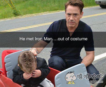 因为没穿钢铁侠铠甲,小粉丝见到妮妮的时候极度失望而崩溃飙泪。妮妮表情简直了。。。