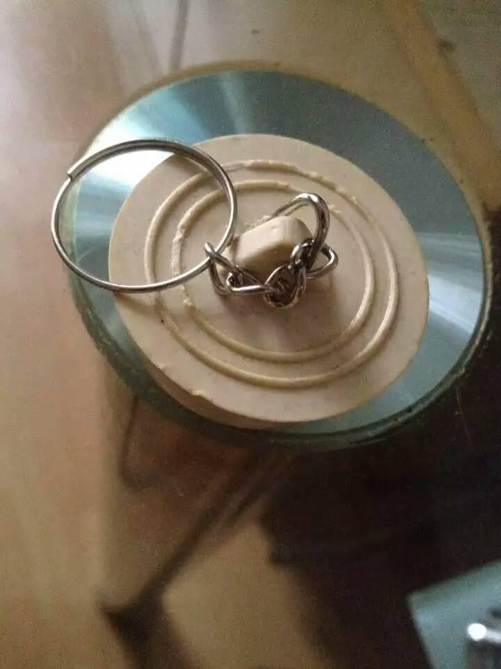 当我买回来后,我室友是这么赞美它的:呦!哪买的钥匙圈,这么个性!