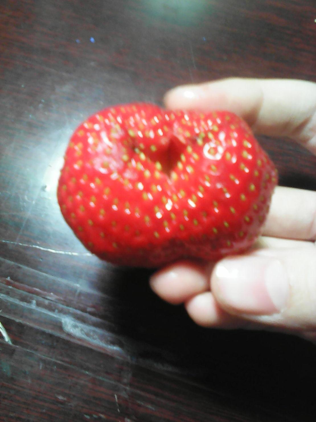 一个畸形的草莓,,,,,别问我,我什么也不知道。。。