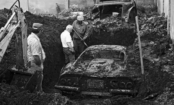爸爸看见儿子在后院挖坑,便问他在干嘛?儿子说看到新闻说别的孩子在后院挖坑挖出一辆法拉利,我看一下我能不能挖出一架飞机!