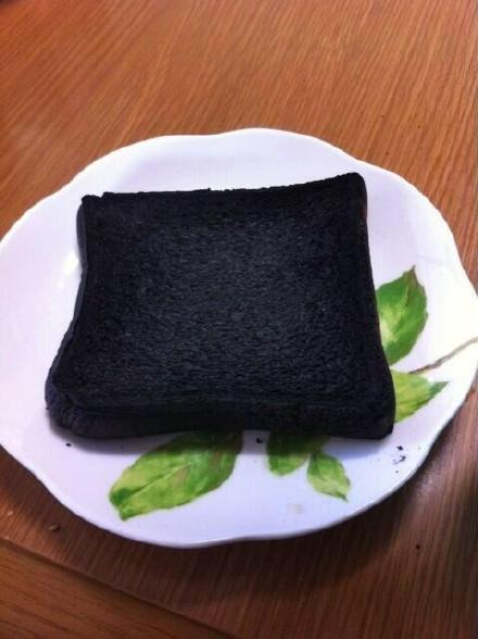 """推主kaen表示,每次有人说""""做菜糊了""""""""烙饼焦了"""",他都不屑一顾。他觉得,只有他妹妹烤的这片面包才能叫""""糊""""……"""