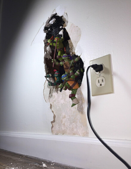 网友deleted家的墙坏了,为了让整体看起来更和谐一些,于是他把手办摆了上去。。简直毫无违和感!