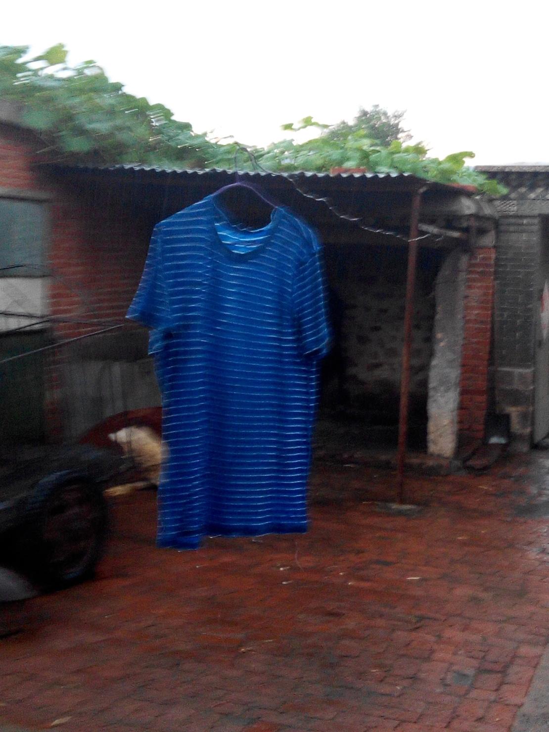 终于等到下雨了,终于可以洗衣服了,想在兜里放点洗衣粉再挂出去,可是却发现衣服没兜