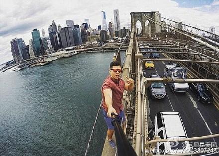 """【不作死就不会死!美男子因自拍入狱】田纳西大学的David Karnauch童鞋去纽约玩时,爬上布鲁克林大桥玩自拍,还po到了Instagram上。警察表示,这种行为不但无视自身安全,还可能引起更多人效仿。然后他就因""""怠忽致危罪""""(又名""""作死罪"""")被警方逮捕了。。。"""