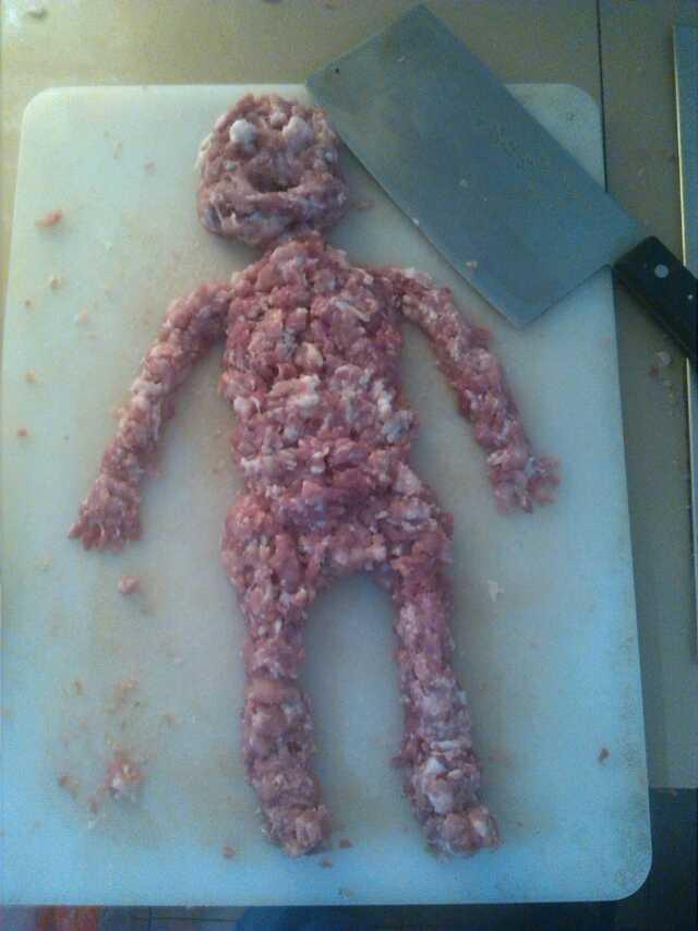 我叫老妹把猪肉剁成肉末,剁好了放那;等我去厨房时…………吓得不轻啊