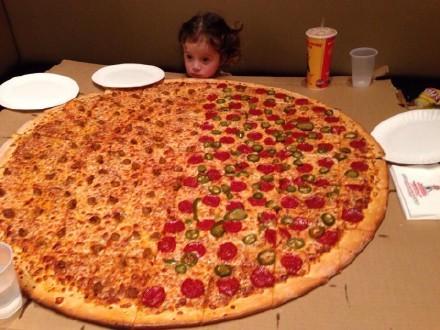 一小萝莉想吃披萨,她妈问她想要几寸的,女儿坚持要店里最大的那种.,于是…