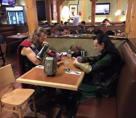 "Reddit网友GavinWakeUpCall分享的餐厅里拍到的""尴尬家庭聚餐"",已脑补对话无数"