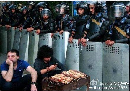 在亚美尼亚共和国的首都埃里温,当地居民在和警察对峙!