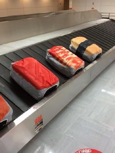 网友表示这几个套着寿司外衣的箱子一出来,整个机场的画风都变了