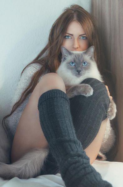 一个妹子和她的猫~~长得可真像~