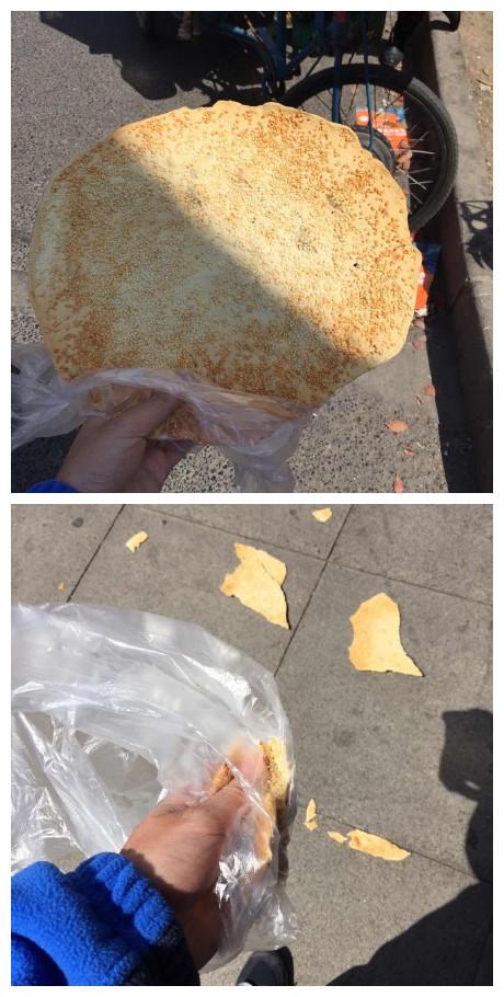 一网友说他今天去买薄饼,卖饼的老板跟他说这饼五块钱一个,不脆不收钱,同事掏钱就买了一个,刚到手来了一阵大风,脆饼就没了……没了…