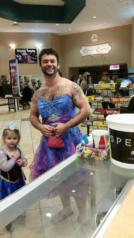 小姑凉本来不太好意思穿公主裙去电影院,结果她亲叔特别好意思的陪她一起穿了。。。