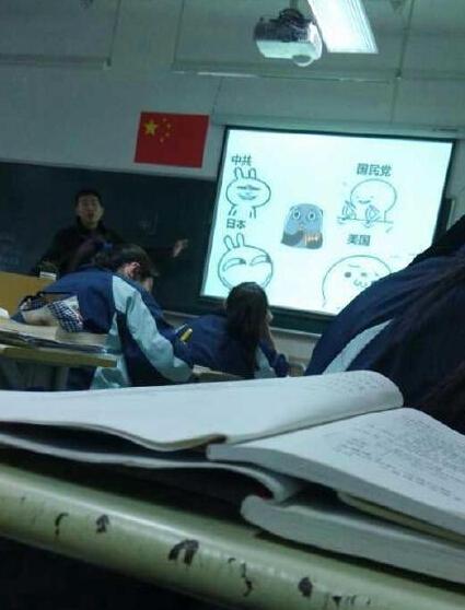 网友说这是他新学期的第一节历史课。。中间为西安事变时的老蒋