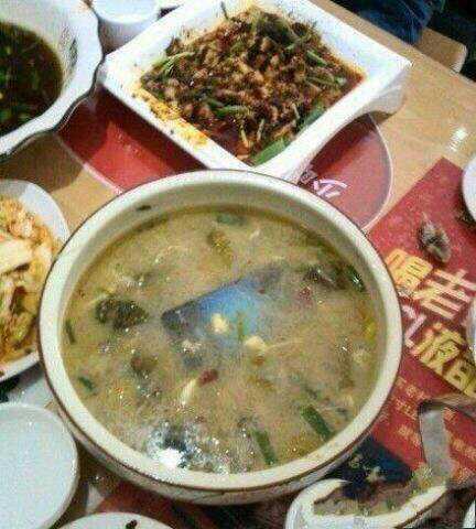 朋友吃饭前喜欢先拍照,谁知手一抖掉汤里了。大家让他不要捞,纷纷拍照。。。。。