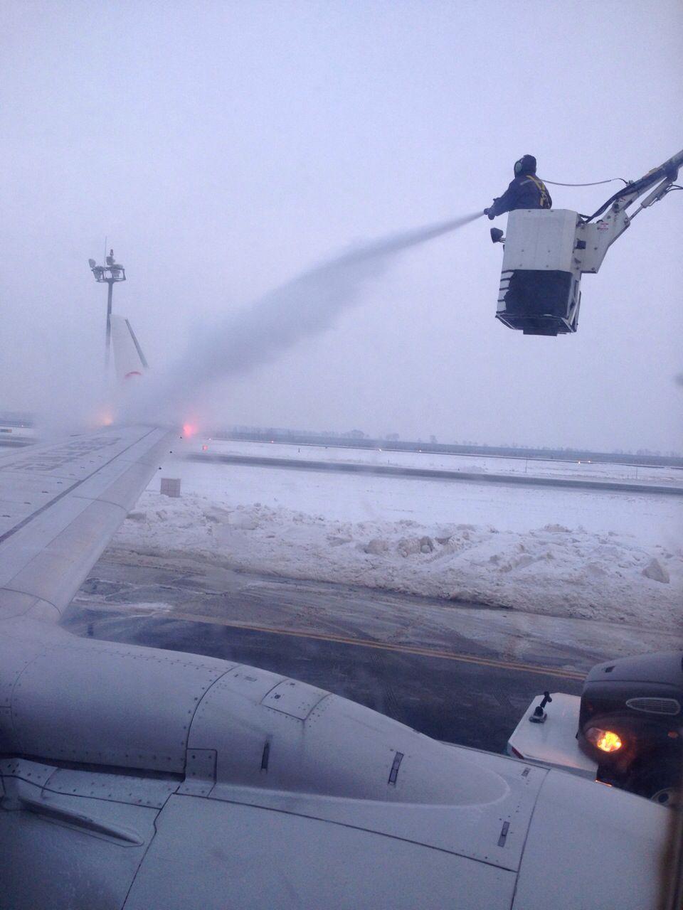 哈尔滨就是这么冷…飞机都被冻住了,除一下冰才能起飞。天冷就是这么任性!