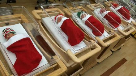 美国匹兹堡大学医院,圣诞夜出生的小婴儿都被包裹在圣诞袜里,送到父母手中……可能是最好的圣诞礼物