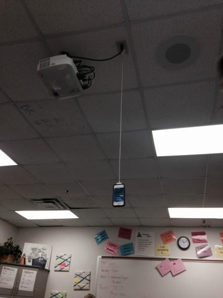 同学,你找不到插座也不能这样充电啊!