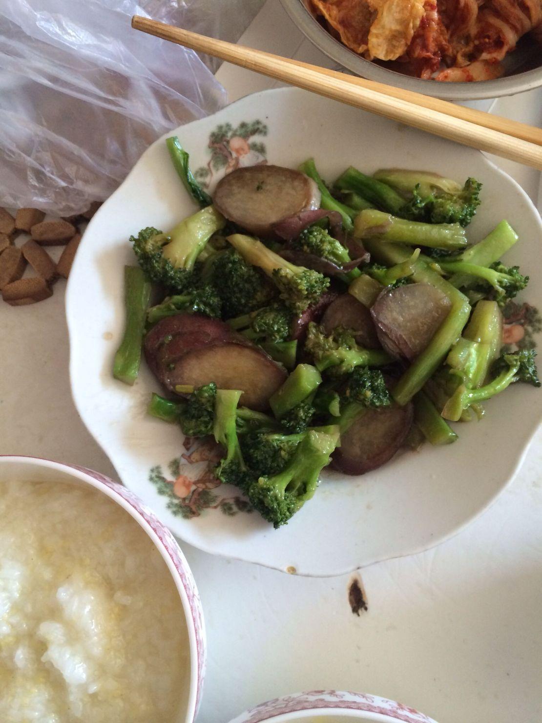 我妈做到黑暗料理,西兰花炒地瓜,还炒咸了。。。