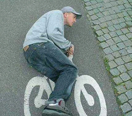 这个人骑车的样子怎么有点不对劲呢?