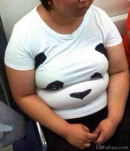 能把这普通t恤穿成3D版的人……也是不易啊…