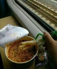 当你吃泡面没筷子又没叉子的时候千万不要放弃!!!~/害羞