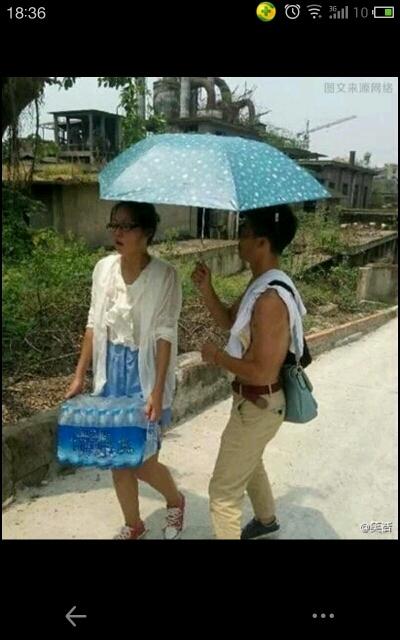 现在人追女孩子只知道耍嘴皮子!不知道用实际行动来证明对她的爱!比如在炎炎夏日为姑娘打打伞这些细节就能打动她!!!!你们看看还是雷峰会来事。。。。。