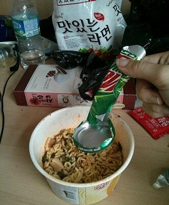吃泡面最悲剧的就是没有叉子,不过这都难不倒我,吃货的智商是无穷的。