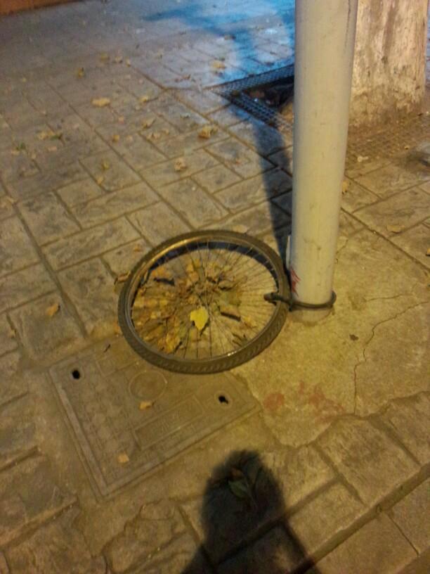 小偷的业界良心啊,居然还给人留了个轮胎!