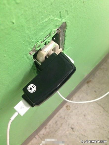 充了一晚上的电,早上起来手机是关机状态,纳闷了许久,拿充电器的时候才发现,原来是我错。。原来是我的错啊啊啊啊!。