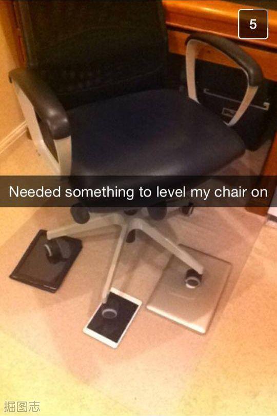 椅子有点没放平,找点东西垫一下