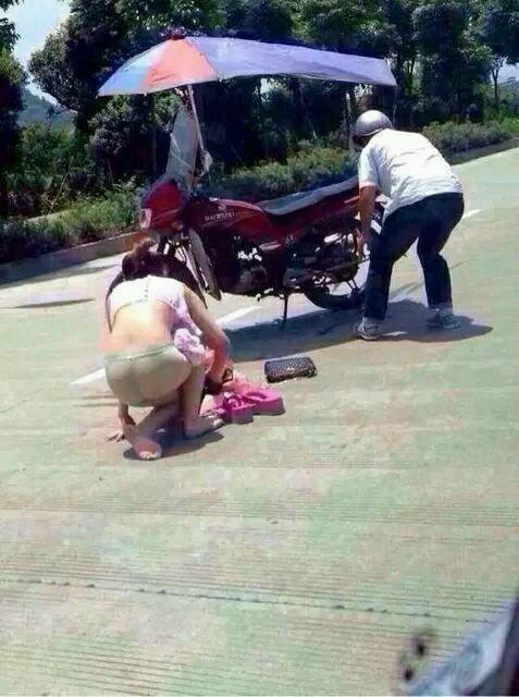 女人啊,叫你别穿裙子搭摩托车,都卷到轮胎里去了,这就是夏天对你们的惩罚,致夏天穿裙子的妹纸