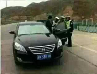 这个是个牛B的车牌,导致交警看到后满腔怒火的把它拦下来开罚单