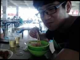 一朋友到我们学校玩、中午一起吃了个饭。吃的也不是很多、