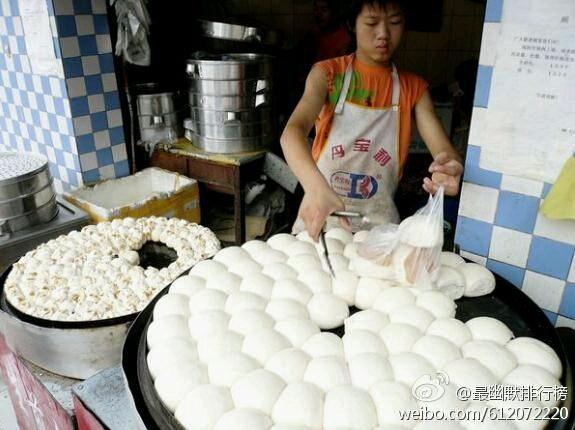 """村里食堂刘大厨想追妇女主任,每天给她开小灶、秀恩爱。早上刘大厨给妇女主任端来一碗饺子,暧昧的说:""""尝尝看是不是妈妈的味道?""""一旁的马蛋蛋凑过来说:""""这不是猪肉馅儿的吗?""""刘大厨似乎有些不高兴,妇女主任似乎也有些不高兴!"""