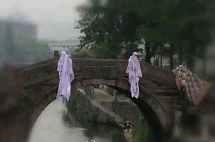 今天过桥的时候差点吓尿了!你特么的就不能好好晾床单吗!!
