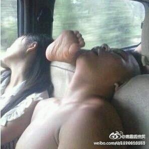 """客运车上,一个妹子坐马蛋蛋前面,她旁边坐一个老男人睡了。老男人先时不时的靠在妹子身上,后来看妹子没反映就直接靠在妹子肩上睡了。马蛋蛋一个血气方刚的男儿,就上前去叫醒那男的说:""""我们换个位置,我和她认识!""""那老男人生气的说:""""你和我女儿认识?""""全车人爆笑…"""